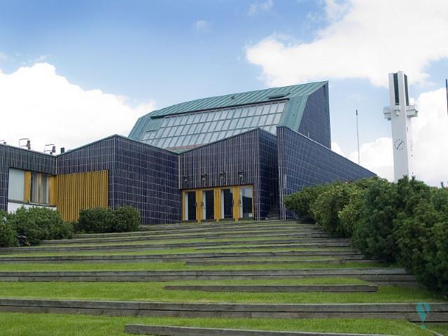 Complejo en el centro de la ciudad: Biblioteca, ayuntamiento e iglesia